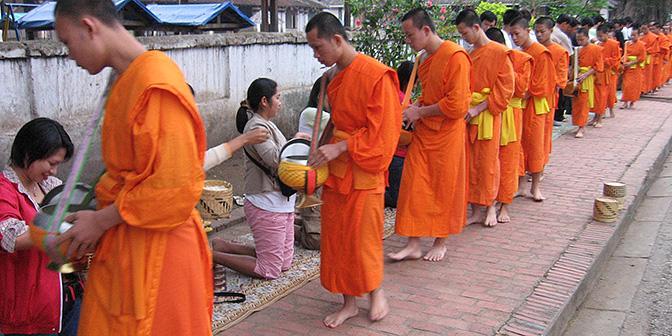monniken ontvangen aalmoezen