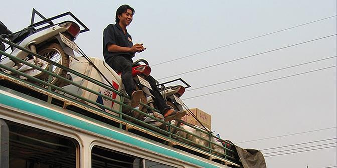 bagage op het dak van de bus