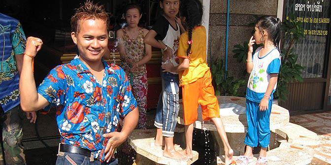 songkran met locals