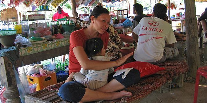 picknicken locals vang vieng