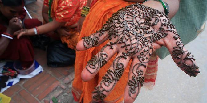 henna hand nepal