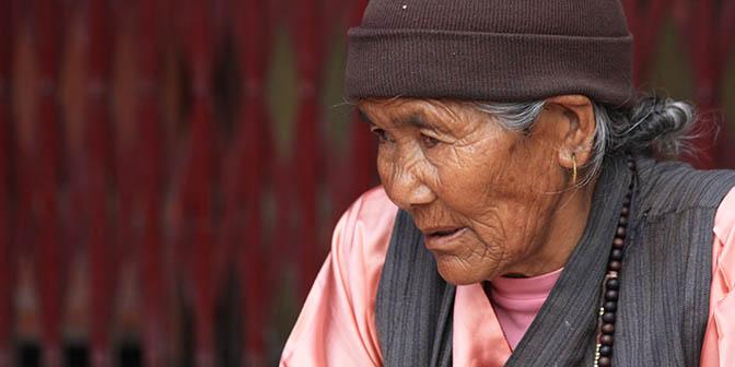 vrouw in tempel nepal