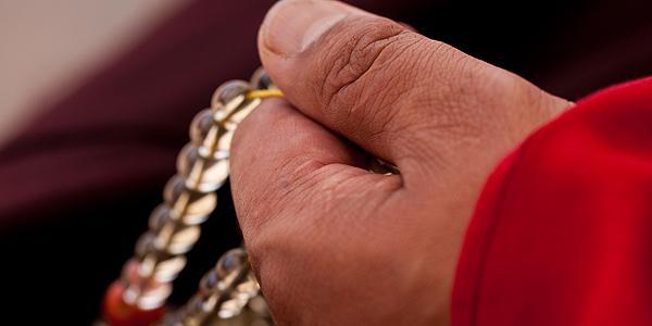 Monnik met een gebedsketting in Tibet