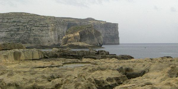 de ruige kust van het eiland Gozo