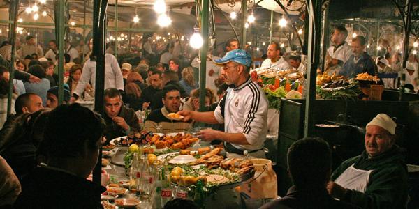 bruisende nachtmarkt in marrakech